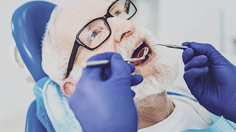 Männlicher Patient bei einer Wurzelbehandlung.